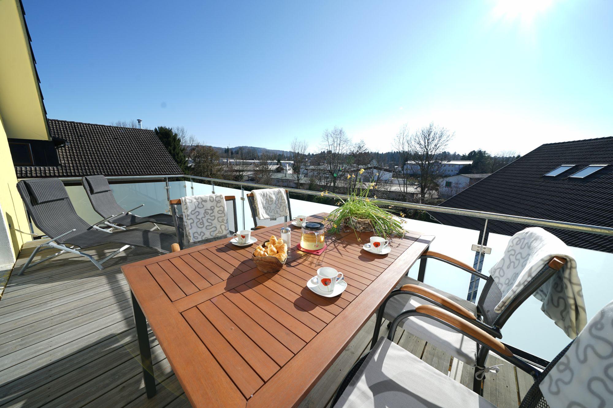 Genießen Sie sonnige Stunden auf dem 13m² großen Balkon.